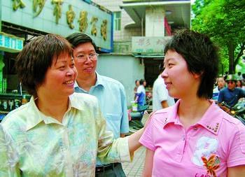高考第一场考试一结束,何懿虹的父母在考场外高兴地迎接她。彭放 石祯专 摄影报道