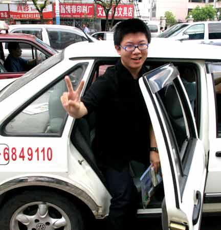 昨日上午,本报护考车将远途考生杨晨顺利送到考场。