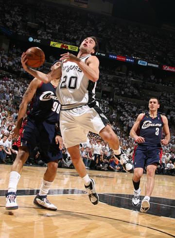 图文:[NBA]马刺胜骑士  吉诺比利进攻失误