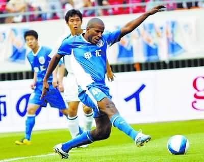 上海申花队球员里卡德(右)在比赛中射门得分