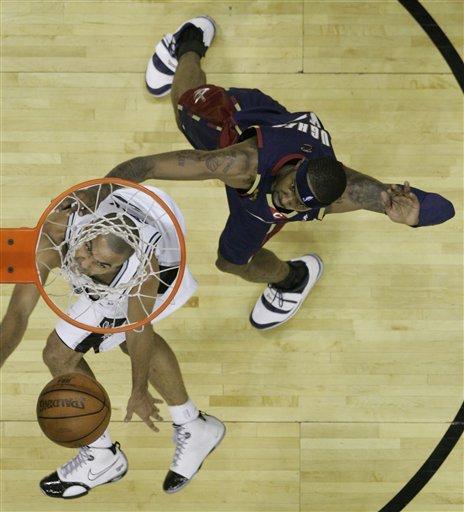 图文:[NBA]马刺胜骑士 帕克轻松上篮