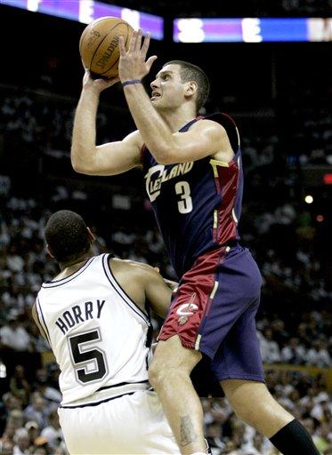 图文:[NBA]马刺胜骑士 帕夫诺维奇上篮