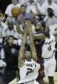 图文:[NBA]马刺胜骑士 詹姆斯艰苦上篮