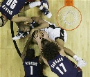 图文:[NBA]马刺胜骑士 邓肯倒地护球