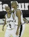 图文:[NBA]马刺胜骑士 邓肯帕克相互庆祝