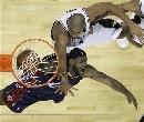 图文:[NBA]马刺胜骑士 邓肯犯规詹姆斯