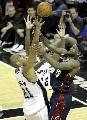图文:[NBA]马刺胜骑士 邓肯詹姆斯抢篮板