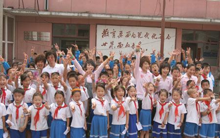 """图文:""""奥运志愿心乐团""""启动 与小学生们合影"""