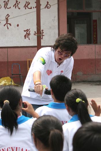 """图文:""""奥运志愿心乐团""""启动 与小学生同唱"""