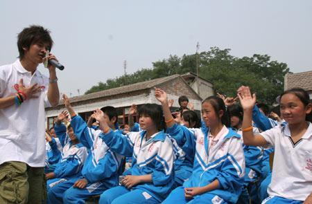 """图文:""""奥运志愿心乐团""""启动 为学生倾情演唱"""