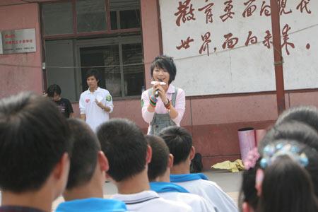 """图文:""""奥运志愿心乐团""""启动 黄雅莉教唱歌"""