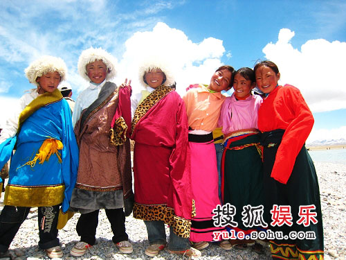 为韩红伴舞的藏族小孩