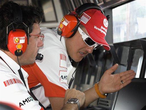 图文:[F1]加拿大站首次练习 舒马赫与技师交流