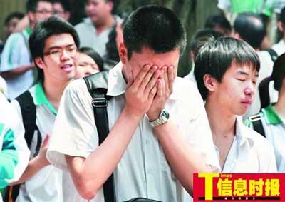 昨天上午,一名考生表情遗憾地走出考场,多数考生反映数学题较难。
