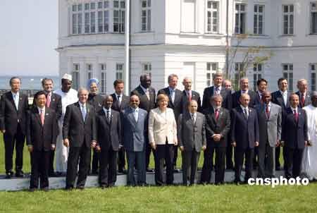 六月八日,中国国家主席胡锦涛出席八国集团与发展中国家领导人对话会后,与出席会议的非洲国家领导及国际组织负责人合影。 中新社发 王岩 摄
