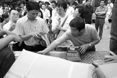 郑州各考点的负责人在领取高考标准答案 首席记者张鸿飞图