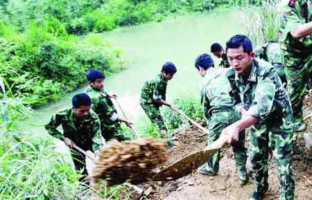 6月8日下午6 时,道县民兵应急分队正在挖掘跃进水库的泄洪渠。图/记者刘刚