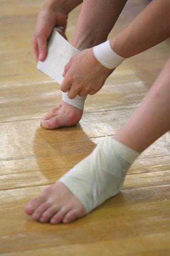 张楠给脚踝裹缠绷带