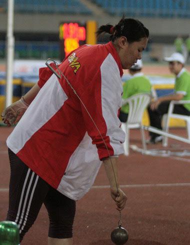 图文:田径大奖赛张文秀破亚洲纪录 拿起链球