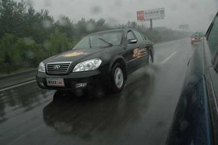 东方之子挑战车雨中行进