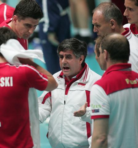 图文:中国男排主场再负波兰 波兰主帅指导队员