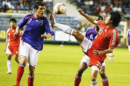 图文:[土伦杯]国奥1-3法国 于海飞脚勾球