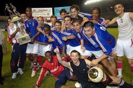 图文:[土伦杯]国奥1-3法国 法国队庆祝夺冠