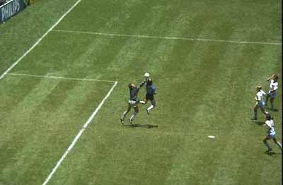 再来看看他的老前辈迭戈在86年世界杯上的杰作
