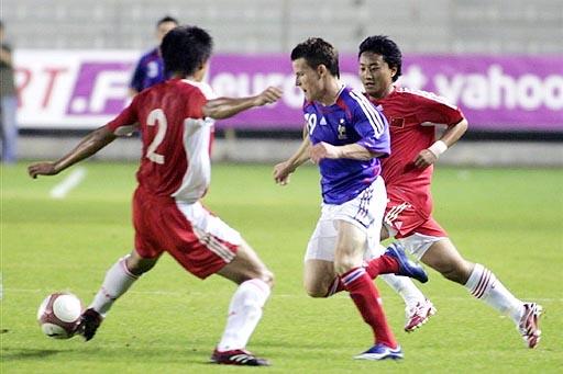 图文:[土伦杯]国奥1-3法国 双人夹击