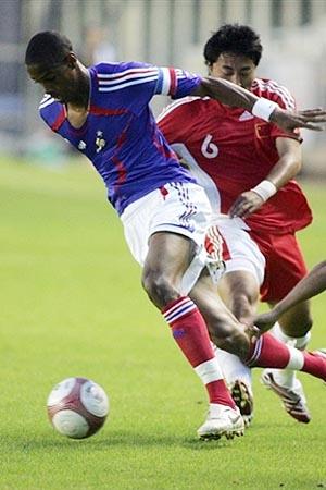 图文:[土伦杯]国奥1-3法国 王寿挺奋力防守