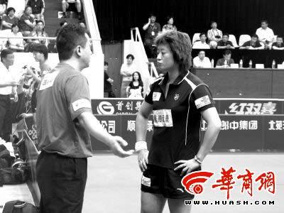 主教练李永生利用比赛间隙指导王珊