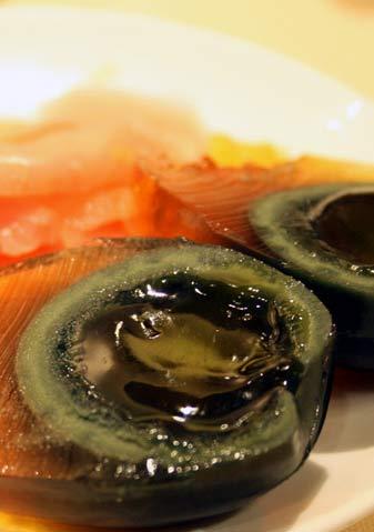 例牌的佐餐小食:酸姜皮蛋