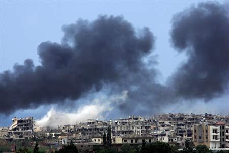 战火的硝烟在黎巴嫩境内的巴勒斯坦难民营上空升起。