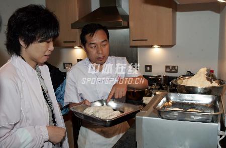 图文:为中国队员做保障的随队厨师 介绍菜品