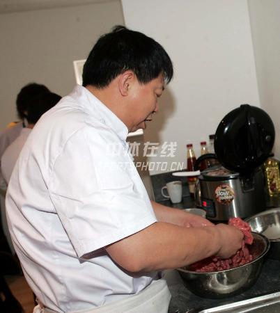 图文:为中国队员体能做保障的随队厨师 选料