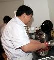 图文:为中国队员做保障的随队厨师 师傅做牛肉