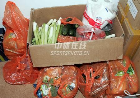 图文:为中国队员做保障的随队厨师 新鲜的蔬菜