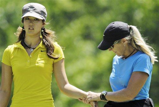 图文:LPGA麦当劳锦标赛第三轮 魏圣美接受理疗