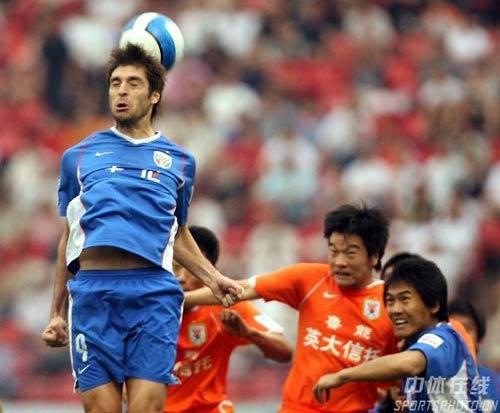 图文:[A3]山东2-1上海 阿隆索头球