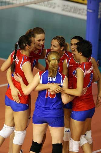 图文:中国速胜塞尔维亚 塞维利亚队员互相鼓励
