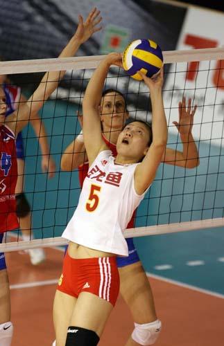 图文:中国速胜塞尔维亚 比赛中魏秋月背传