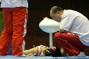 图文:[体操]队员不慎发生意外 教练关切