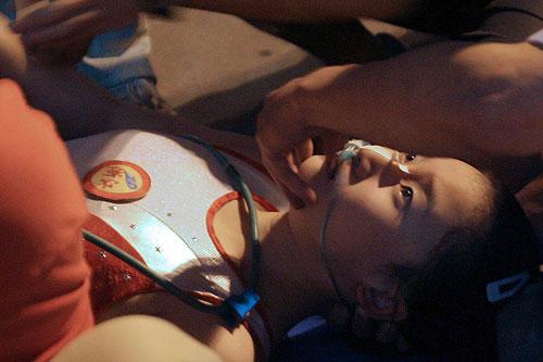 6月10日晚,2007年全国体操锦标赛女子资格赛进行了最后一场争夺,浙江队队员王燕在做高低杠下法时出现失误,头部朝地重重摔下,神志不清。