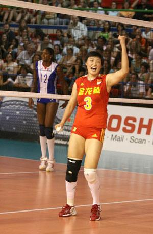 图文:中国女排三度折桂 胜利后杨昊振臂高呼
