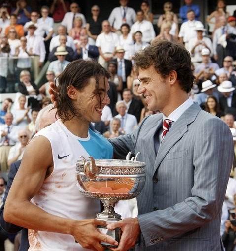 图文:2007法网男单决赛 纳达尔接过奖杯
