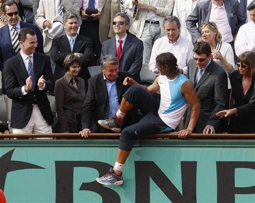 图文:2007法网男单决赛 纳达尔跳上包厢