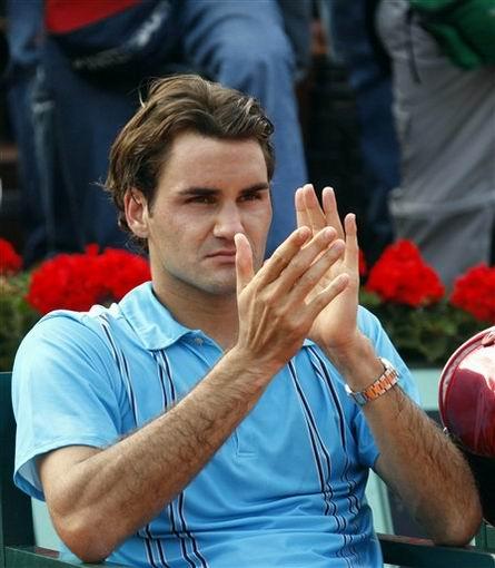 图文:2007法网男单决赛 费德勒为对手鼓掌