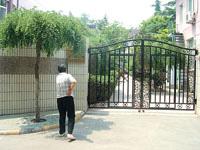 紧闭的幼儿园大门。晨报记者 吴亭 文并摄