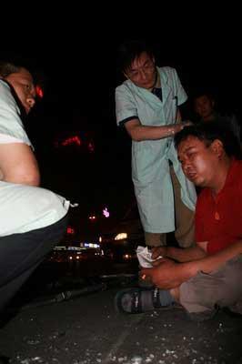 彦丰在事发现场接受诊断 摄/本报实习记者刘光辉