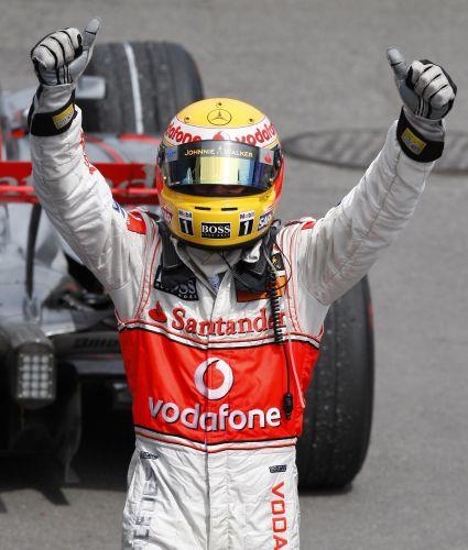 图文:[F1]加拿大站决赛 汉密尔顿振臂欢呼